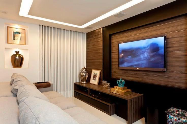 Home Para Sala De Tv Pequena ~ Imagem 53 – Sala de TV com bancada branca e painel de madeira
