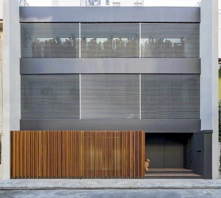 Com o estilo mais contemporâneo, a construção não abriu mão de um portão de madeira