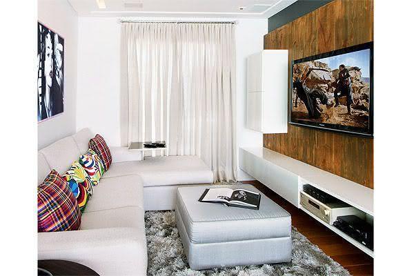 Sala De Tv Na Sacada ~ Imagem 54 – Sala de TV com painel fazendo divisória de ambiente