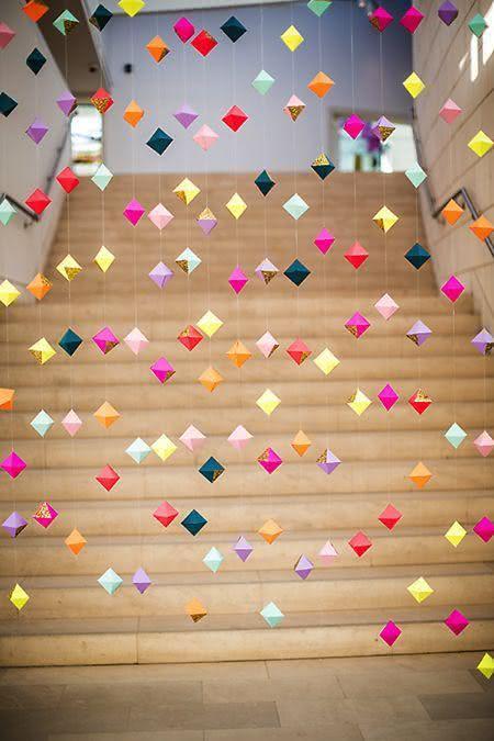 Decoração de festa junina com fios suspensos