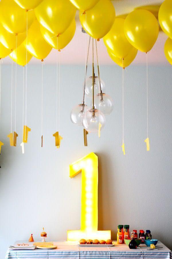 Balões suspensos no teto com número preso na fita
