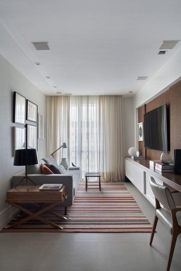 Sala De Estar Moderna Pequena ~ Imagem 69 – Sala de estar pequena com pufes embaixo da bancada da TV