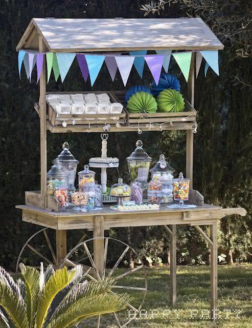 Decoração de festa junina com carrinho de doces