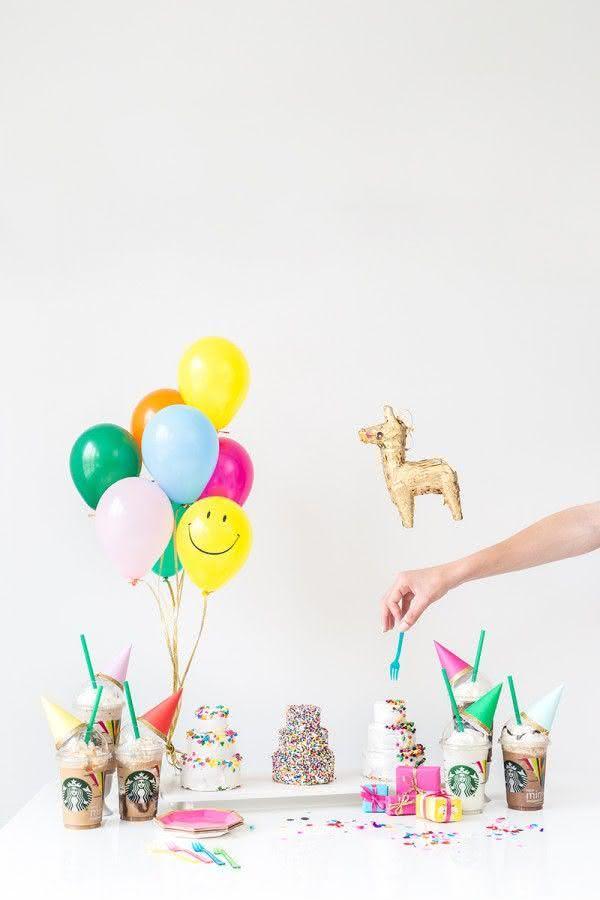 Decoração com balões pequenos para mesa de festa