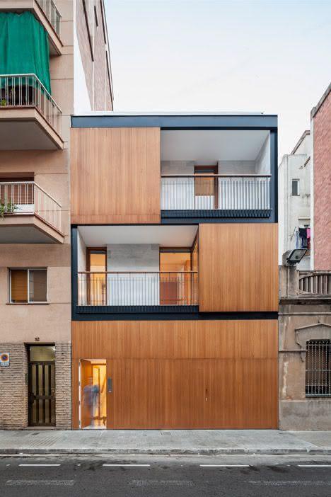 Neste projeto, tanto o portão como a fachada recebem o mesmo acabamento e material