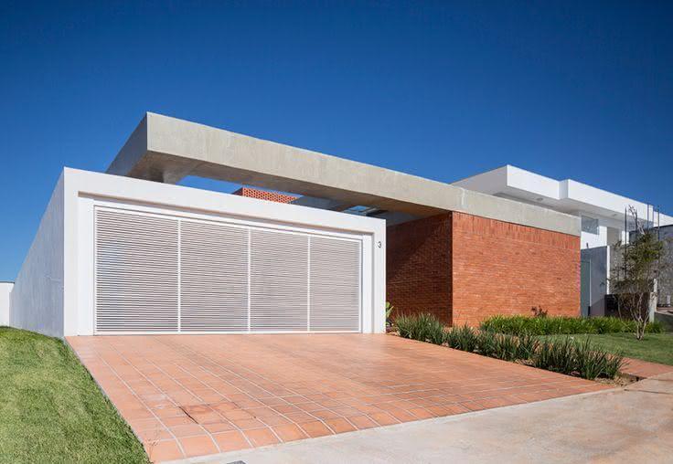 Portão residencial para uma garagem com duas vagas