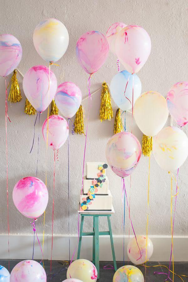 Decoração com balões soltos no chão e suspensos no chão
