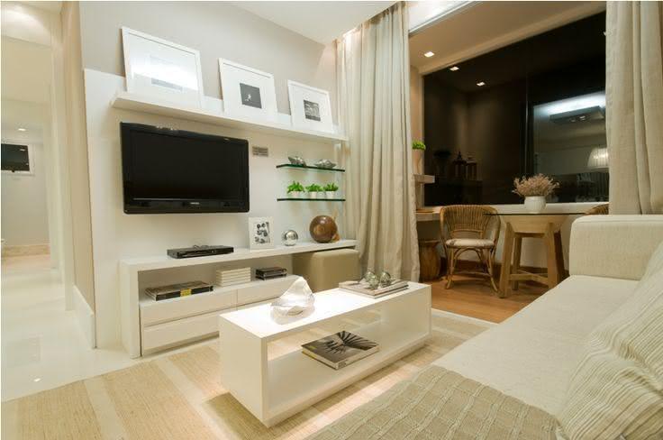 Sala De Estar Moderna Pequena ~ Imagem 77 – Sala de estar pequena com painel branco e prateleiras