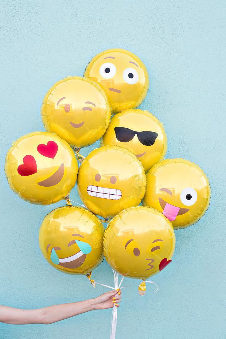 Decoração com balões em formatos de smiles.