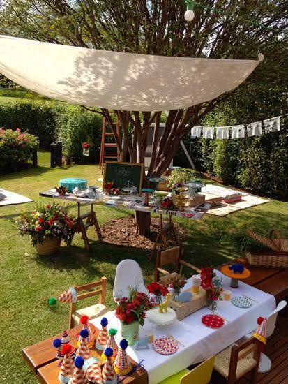 Decoração de festa junina ao ar livre