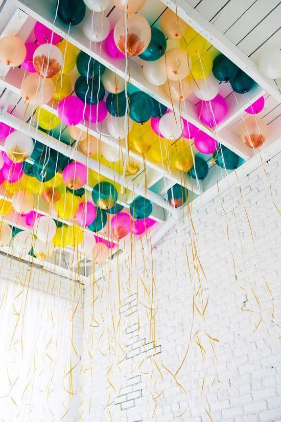 Balões suspensos na cobertura