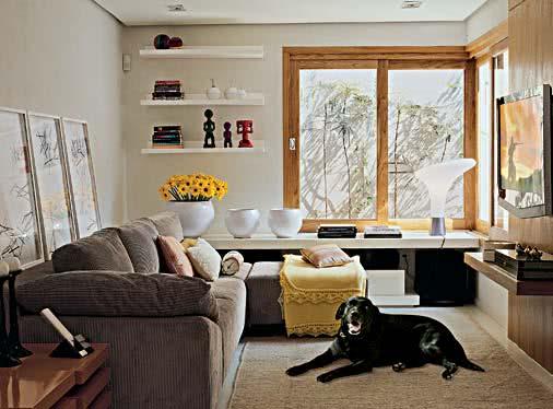 Sala De Tv Pequena Ideias ~ Imagem 35 – Proposta de sala de estar pequena com bancada lateral e