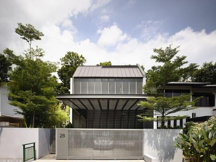 Para dar o ar contemporâneo, foi utilizado o mesmo modelo vazado no portão e no detalhe superior da fachada da residência