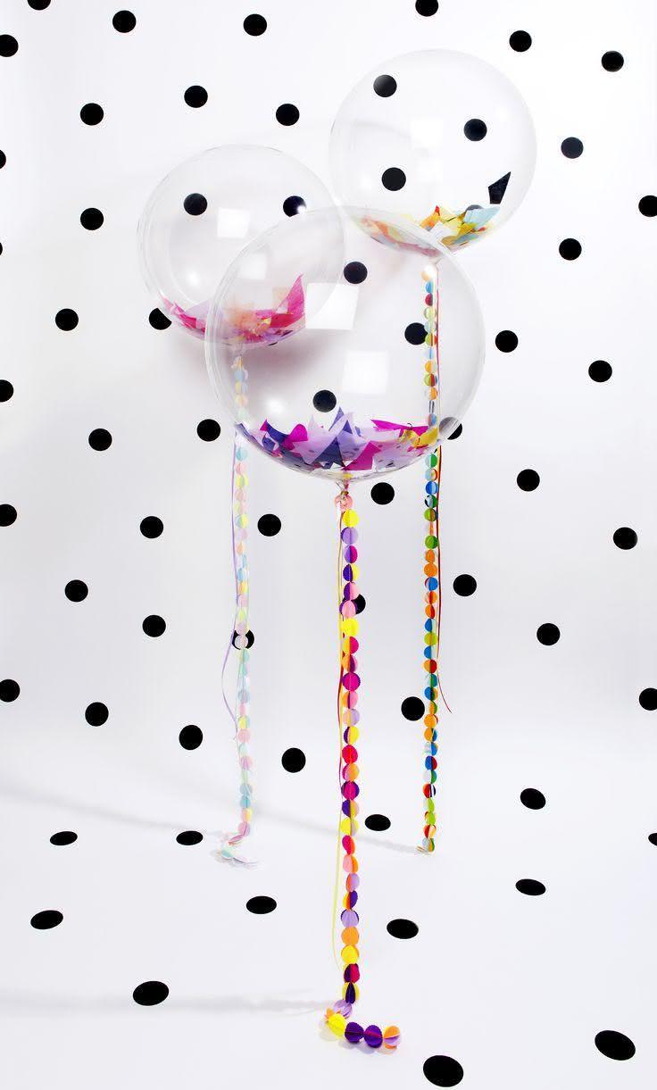 Decoração com balões transparentes com papéis coloridos