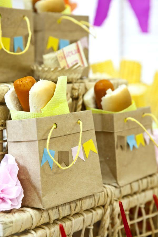 Decoração de festa junina com sacolas personalizadas