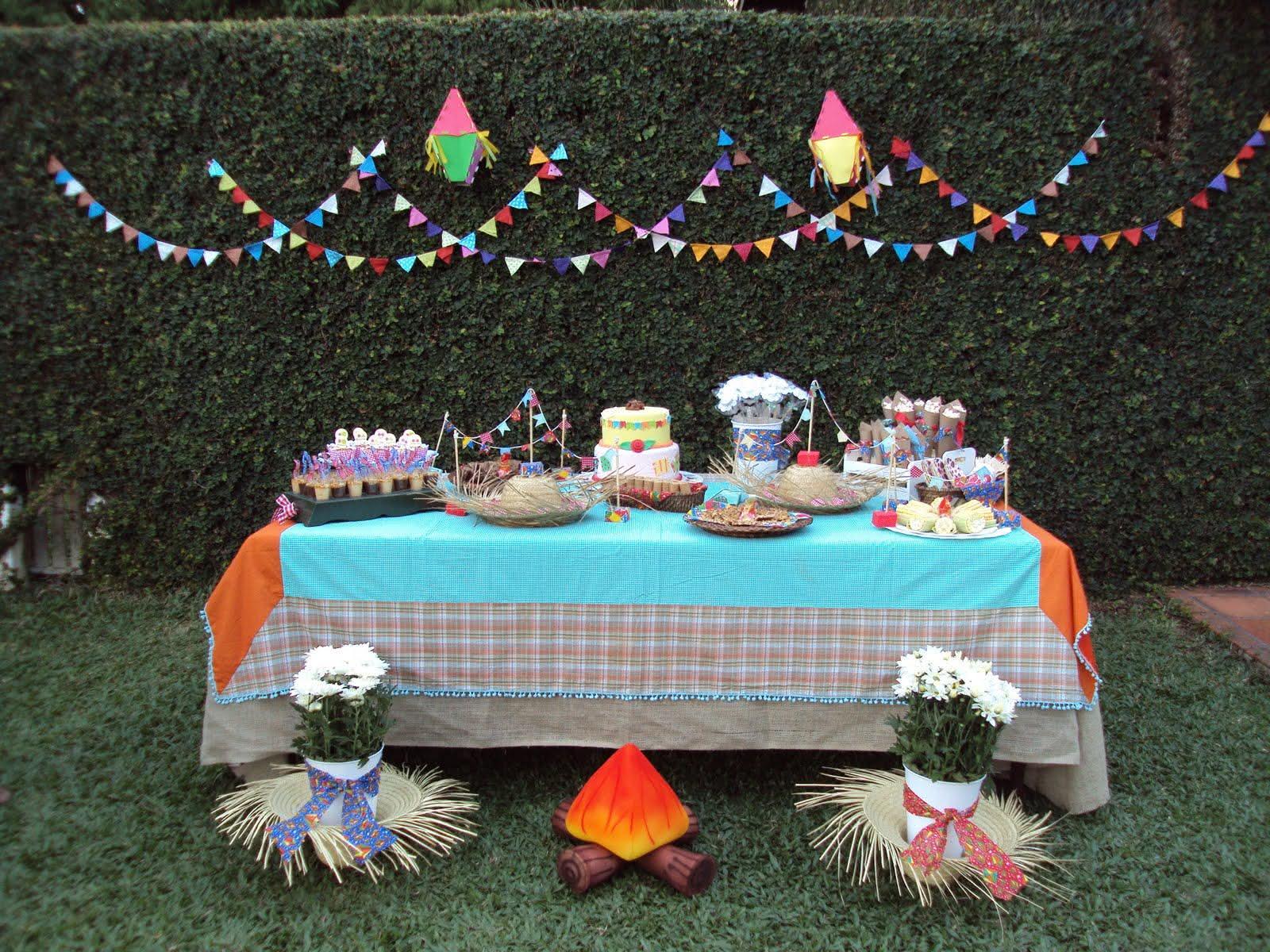 Decoração de festa junina com mesa ao ar livre
