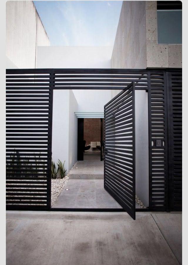 Além de destacar o acesso com a porta pivotante, o efeito vazado confere mais leveza a fachada