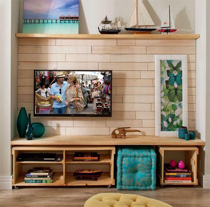 Vasos Na Sala De Tv ~ Imagem 25 – Sala de TV com bancada e caixotes de madeira