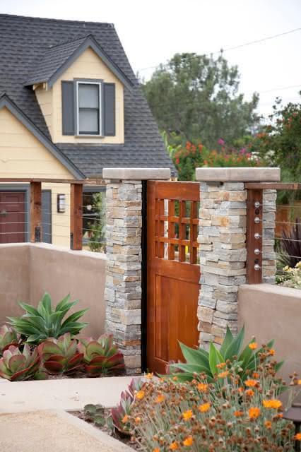O portão pode ser combinado junto com um muro de pedras