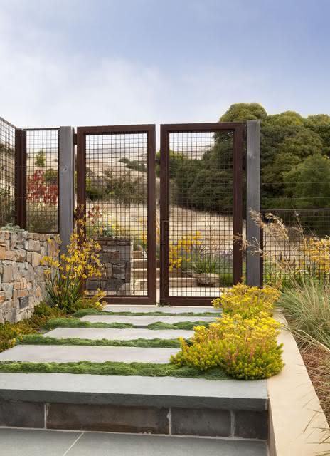 Para uma bela entrada, nada como um projeto de paisagismo