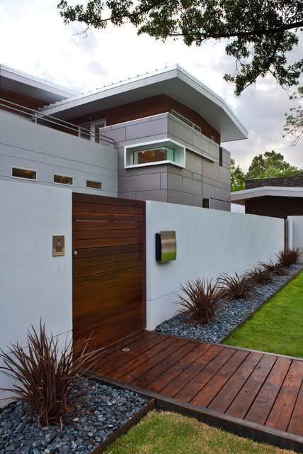 Uma ideia interessante é manter o portão e o piso com forma contínua.