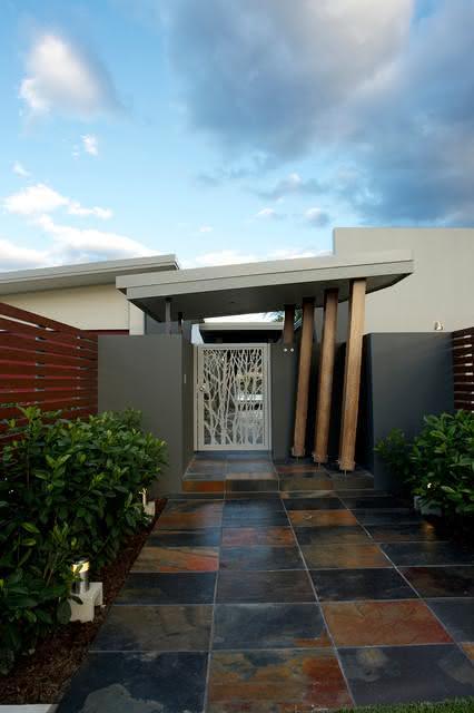 O portão perfurado sai do comum e deixa a fachada com muito mais personalidade.