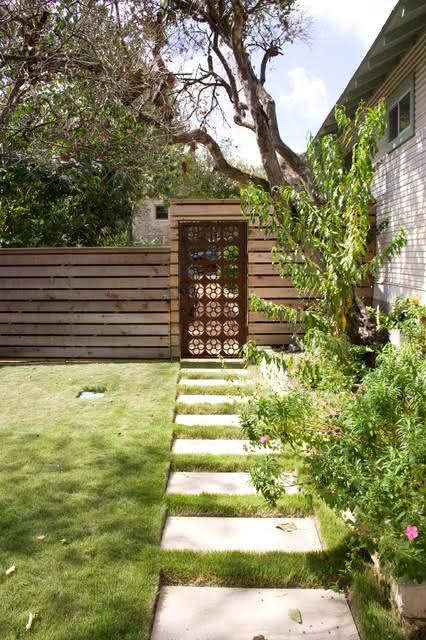 Esse portão simples é ideal para uma casa no campo.