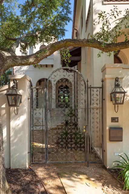 Esse portão lembra até uma vila residencial!