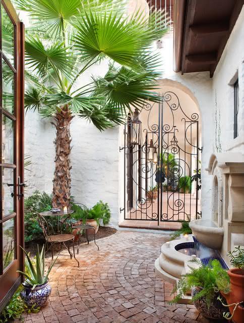 Para uma casa mais rústica, invista em portões curvilíneos clássicos.