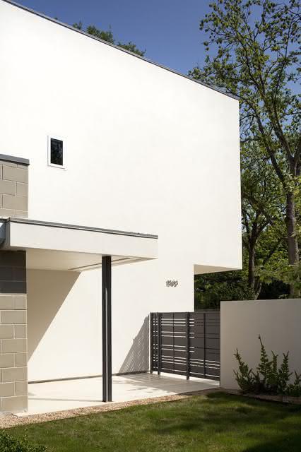 O portão cinza deu destaque para a arquitetura com pintura branca