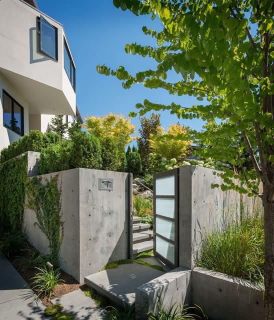 Para quem quer um muro de concreto: use a combinação da estrutura metálica com o vidro fosco.