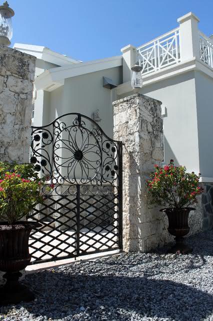 O portão com grade acaba sendo o preferido para casas com estilo tradicional.
