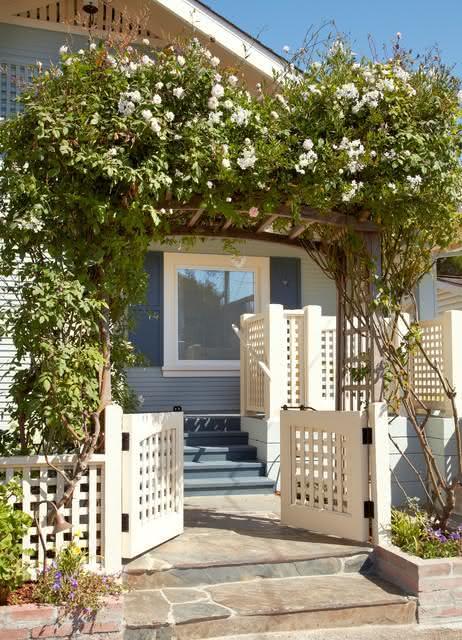 Complemente a sua entrada com uma cobertura de plantas e flores.