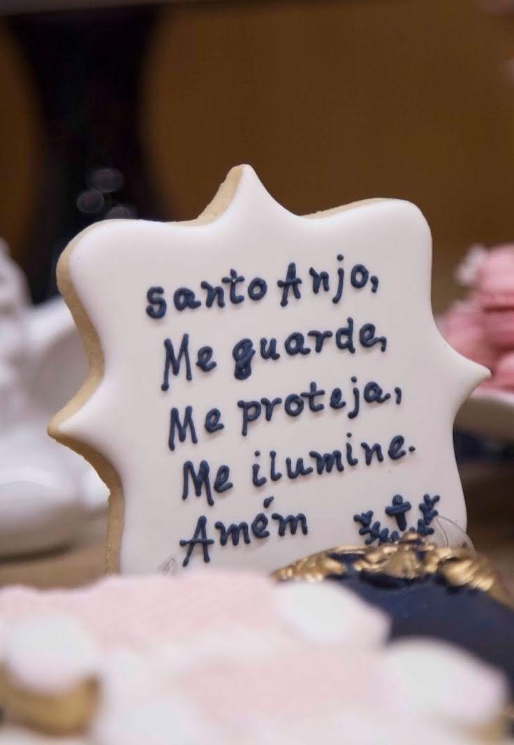 A oração católica Santo Anjo estampa os biscoitos decorativos