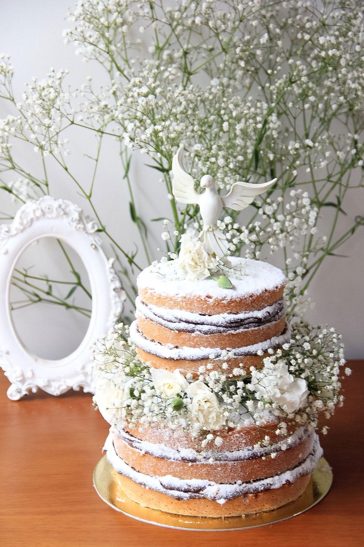 Naked cake traz o frescor e perfume das flores