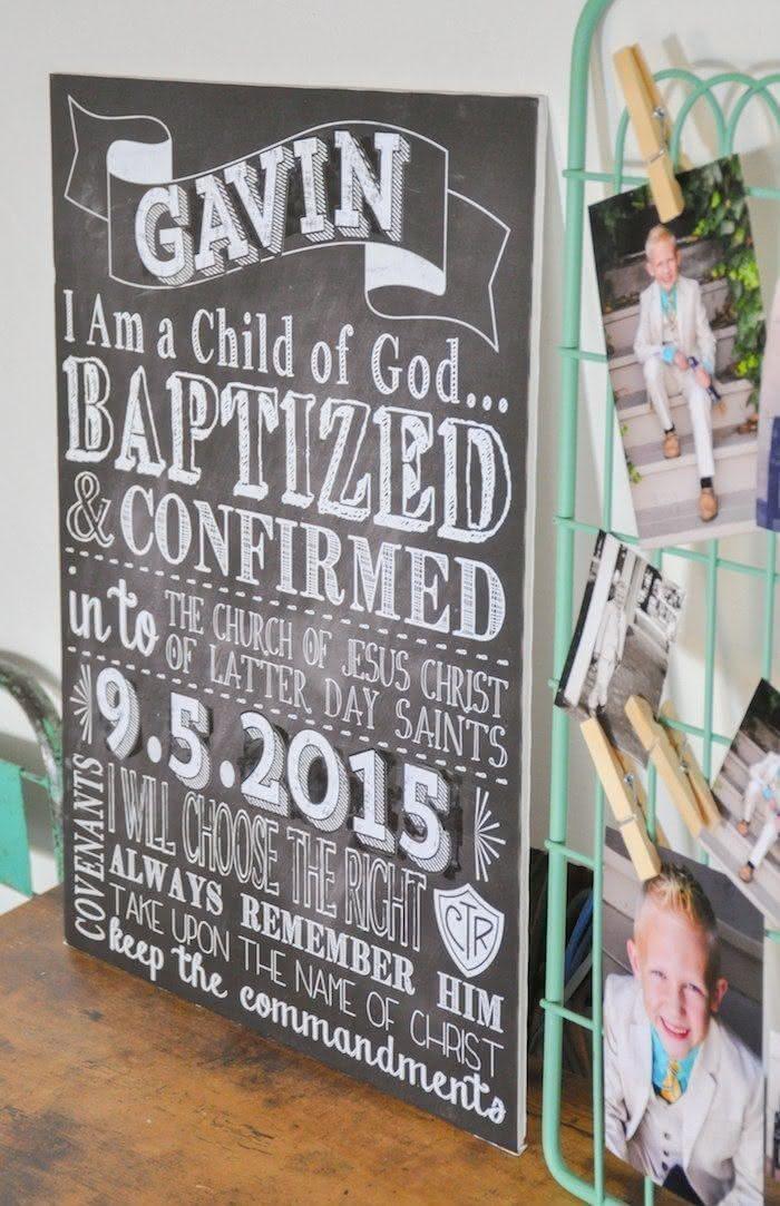 O quadro negro e mural de fotos são ótimos aliados na hora de compor a decoração do batizado