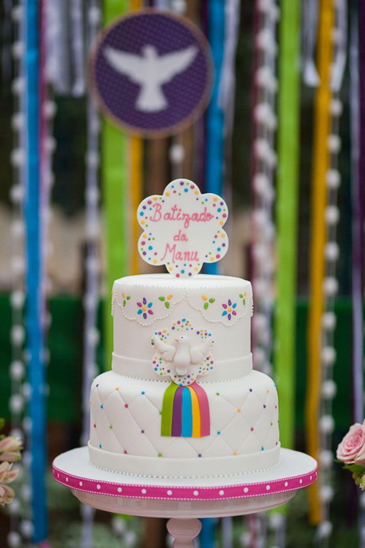 Aqui está uma prova de que a festa de batizado também pode ser colorida!
