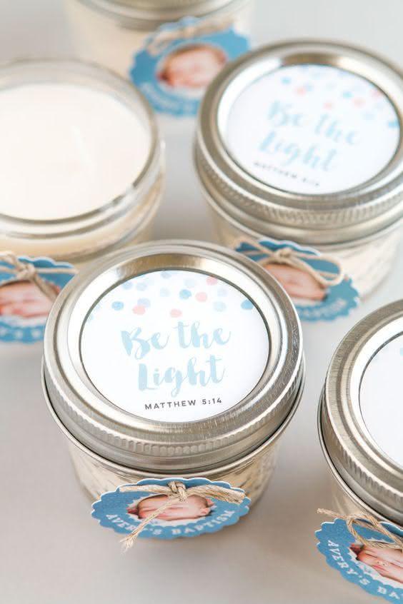 Seja a luz: presenteie os convidados com velas perfumadas.