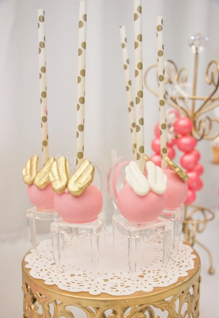 Cakepops voadores acabaram de pousar na mesa de doces.
