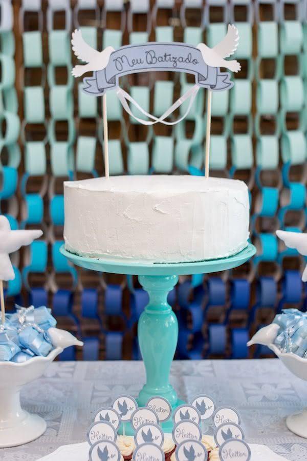 Em comemorações mais intimistas, o bolo com apenas uma camada é o ideal pois evita desperdícios. Aqui, a decoração da mesa foca nos tons de azul e azul Tiffany