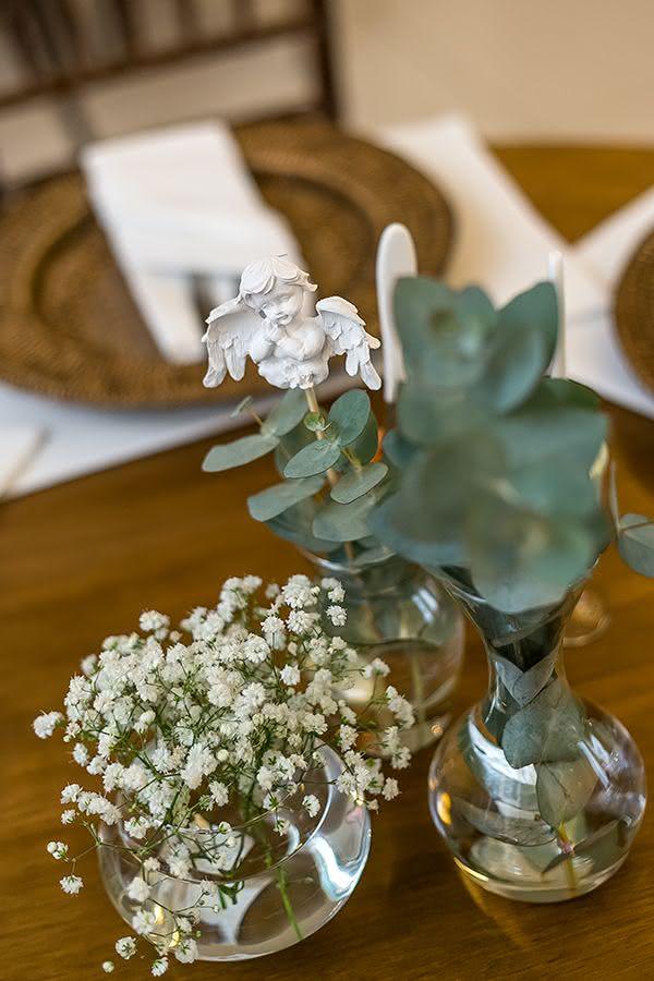 Decoração para mesa de doces em batizado: os anjinhos estão sempre por perto, até no centro de mesa!
