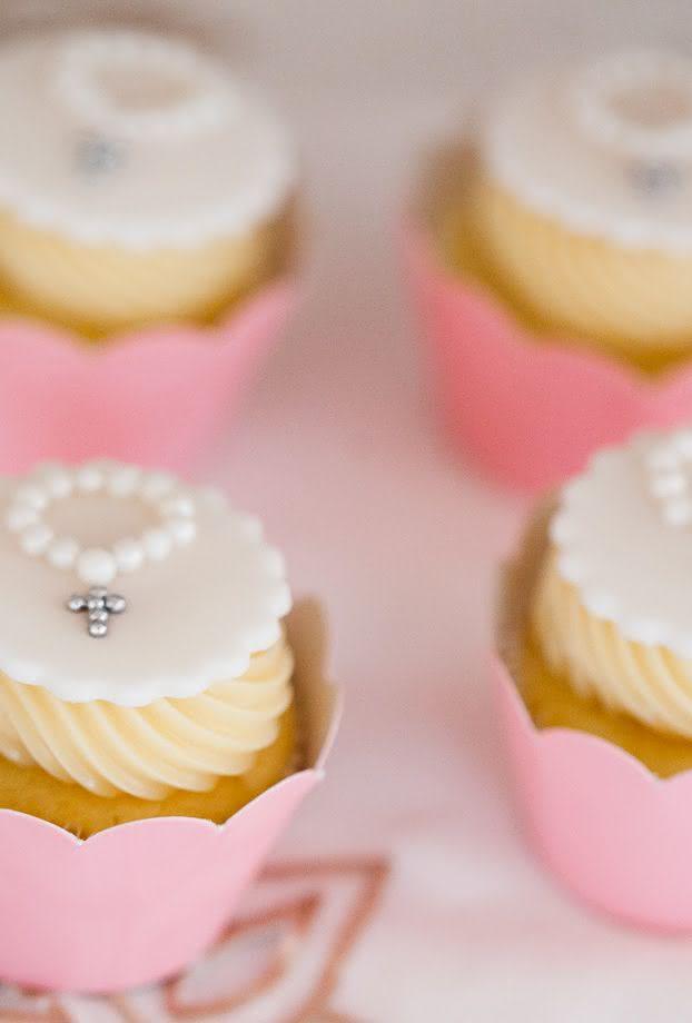 O simbolismo do batizado estampado nos cupcakes.