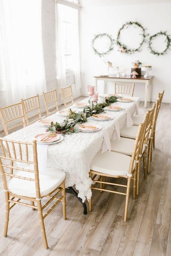 Receba com charme em casa: aposte em uma composição minimalista e delicada do branco e dourado.