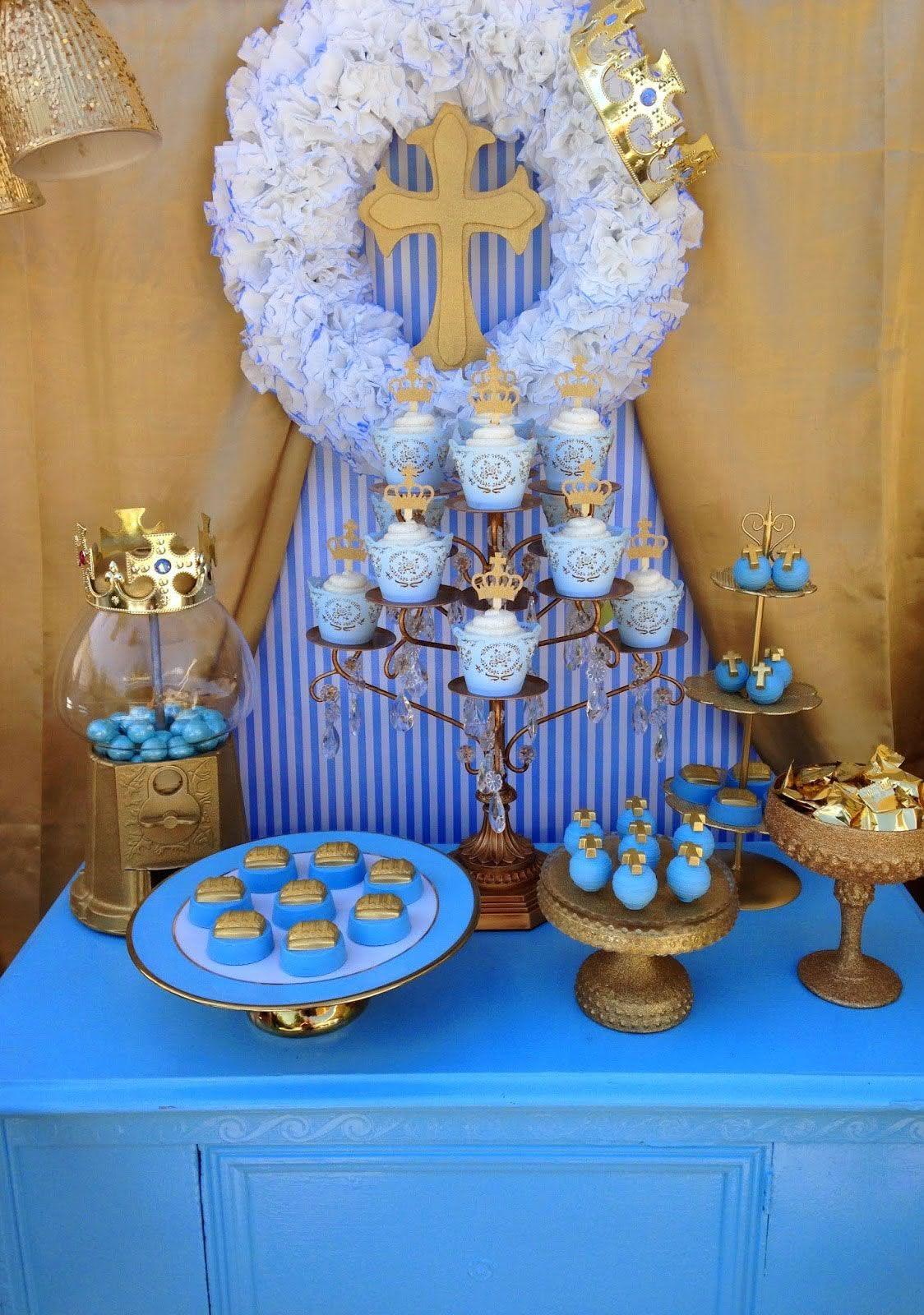 O dourado destaca e dá um toque glam na mesa de doces.