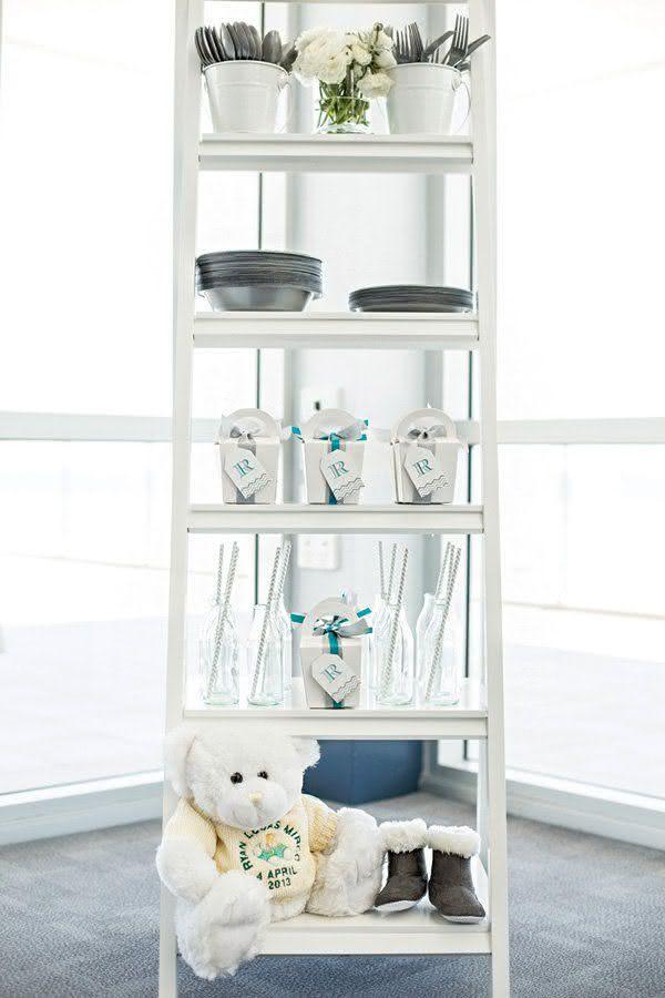 Improvise e economize: a escada vira apoio das louças, lembrancinhas e elementos decorativos.