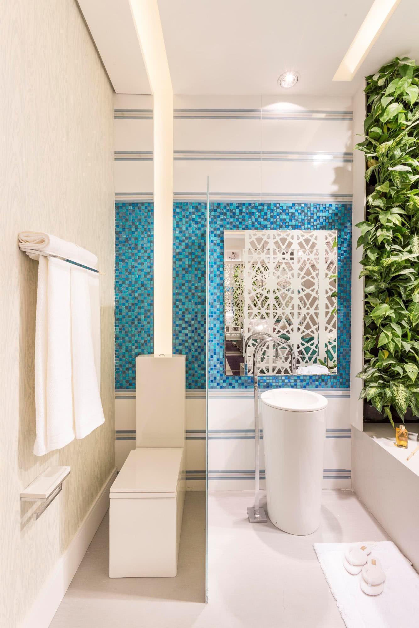 Imagem 57 – Esse banheiro ganhou até um faixa com jardim vertical! #2E7F9D 1333x2000 Banheiro Com Jardim Vertical