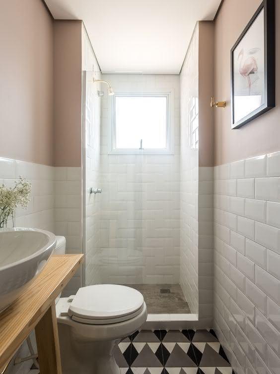 Banheiro pequeno com estilo escandinavo.