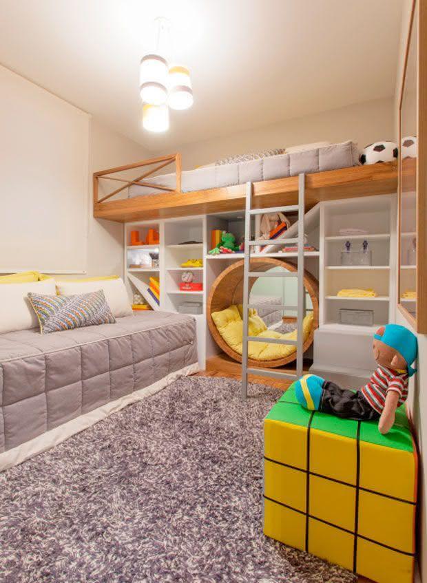 Quarto de menino com escada na cama