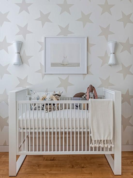 Para um menino ou para uma menina: o papel de parede de estrelas e cor neutra pode ser usado em ambos os tipos de quarto