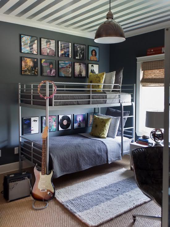 Quarto com quadros musicais na parede